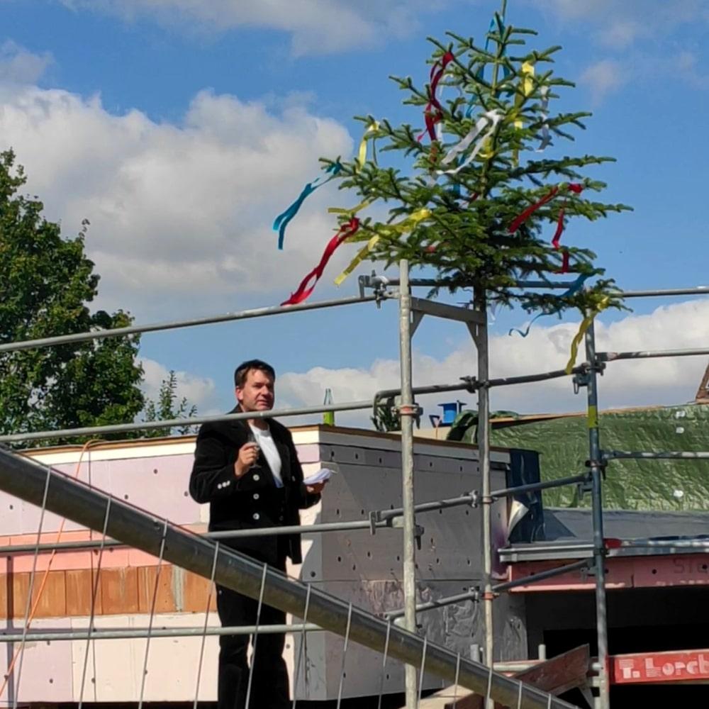 Richtfest: Der Zimmermann weiht den neuen Anbau der Kita Sonnenschein.